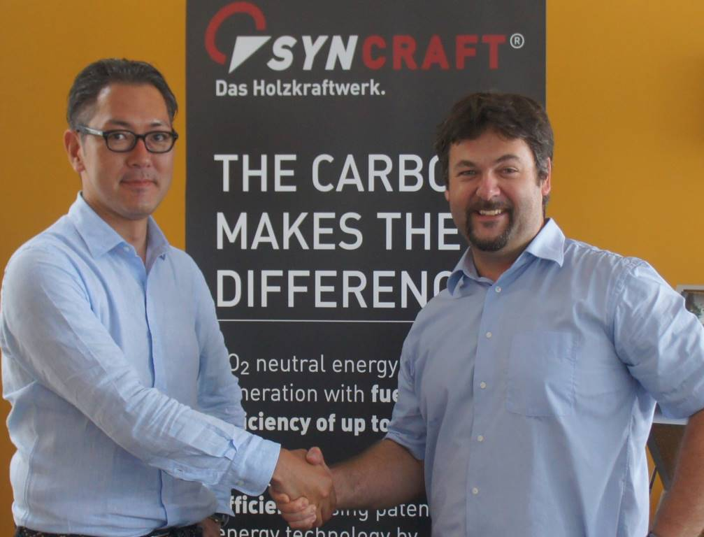 Shingo Numa, CEO of Forest Energy, and Marcel Huber, CEO of the MCI-Spin-off Syncraft, agree upon the cooperation. Photo: Syncraft.