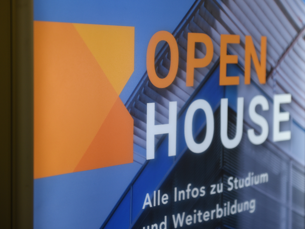 Open House flyer des MCI´s in Orange und Blau.
